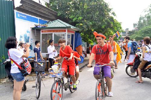 Cau vong  sang ruc khap pho phuong Ha Noi