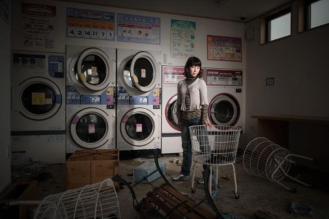 Rieko Matsumotoest đang đứng trong một cửa hiệu giặt là ở Namie. Cô là một chuyên gia dinh dưỡng và một cố vấn.