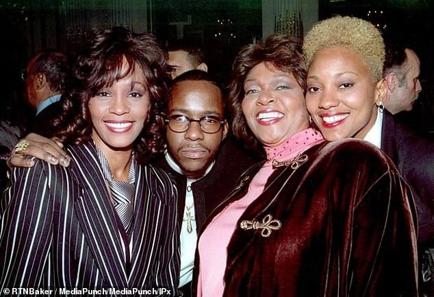 Houston (trái) và Crawford (phải) được nhìn thấy cùng chồng của ca sĩ Bobby Brown và một người phụ nữ khác tại một sự kiện không được tổ chức tại thành phố New York