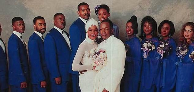 Crawford là người giúp việc danh dự của Houston trong đám cưới của cô với ca sĩ Bobby Brown vào năm 1992