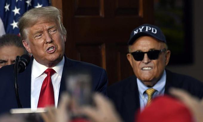 Tổng thống Trump (trái) và luật sư Giuliani tại sự kiện ở New Jersey hồi tháng 8. Ảnh: AP.