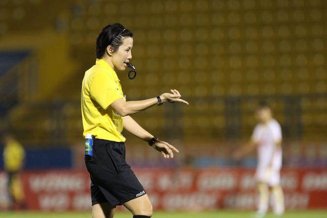 Trọng tài nữ duy nhất thể hiện đẳng cấp tại VCK U.19 Quốc gia 2021 - ảnh 1