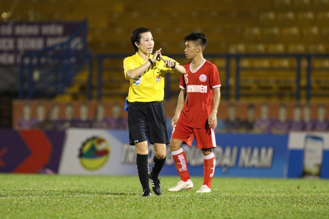 Trọng tài Bùi Thị Thu Trang cầm còi trận đấu U.19 Nutifood và U.19 Bình Định