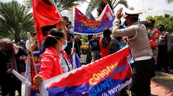 canh-sat-indonesia-chan-cuoc-bieu-tinh-khi-lanh-dao-quan-doi-toi-du-hoi-nghi-asean.jpg