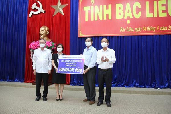 dai-dien-tinh-bac-lieu-nhan-ung-ho-quy-phong-chong-dich-benh-covid-19-tu-cac-don-vi-tai-tro-anh-ctv.jpg