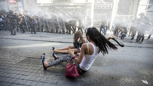 Thổ Nhĩ Kỳ: Cảnh sát dùng vòi rồng trấn áp diễu hành đồng tính