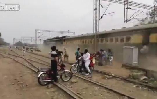 Hãi hùng với cảnh xe lửa chạy ở Pakistan