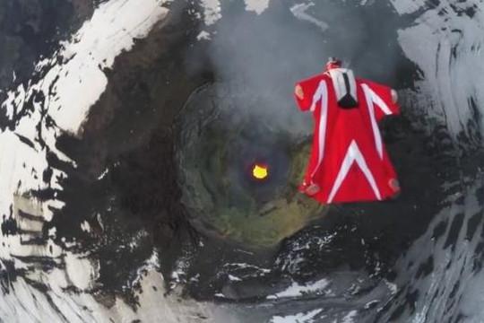 Màn nhảy dù trên miệng núi lửa đang hoạt động mạnh