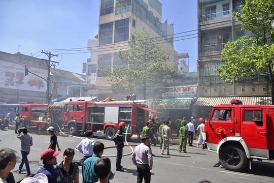 TP.HCM: Cháy lớn ở chợ Bình Tây, hàng trăm người hoảng loạn