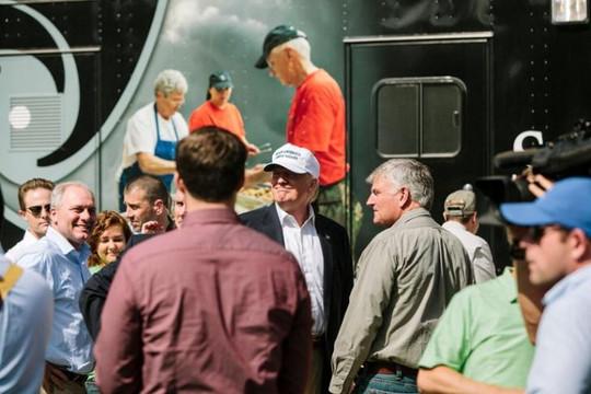 Donald Trump thăm các nạn nhân lũ lụt tại bang Louisiana