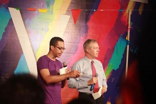 Đại sứ Mỹ Ted Osius cùng 600 bạn trẻ tham dự lễ hội của người đồng tính