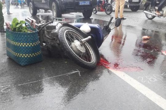 Nam thanh niên dính chặt cơ thể vào xe máy sau va chạm