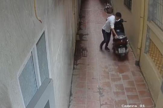 Thanh niên ăn mặc lịch sự trộm xe Lead nhanh như chớp