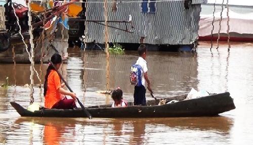 Hơn 1.200 trẻ em Việt kiều bơi xuồng vượt nước lũ tới trường