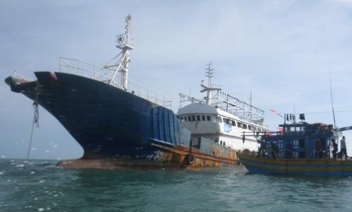 Tàu lạ không có người trôi dạt trên biển Bình Thuận