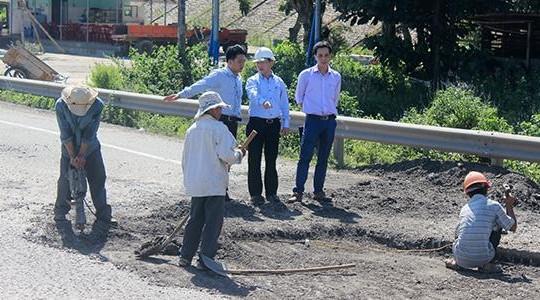 Giám đốc Sở GTVT Quảng Ngãi chỉ đạo xử lý ổ gà trên QL1A mới hoàn thành