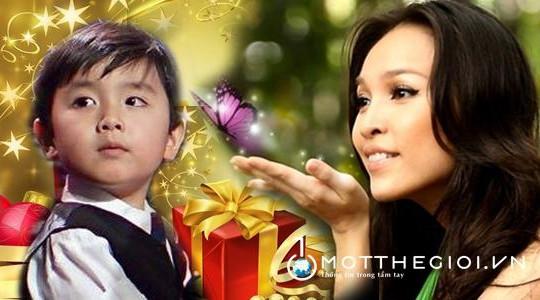 'Thần đồng piano' Evan Le diễn mừng Giáng sinh trên phố đi bộ Nguyễn Huệ