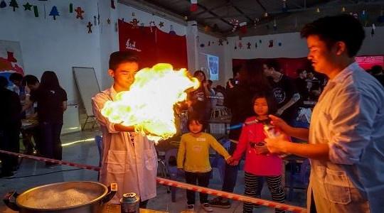 Các bạn nhỏ Hà Nội tự tay tạo thí nghiệm khoa học