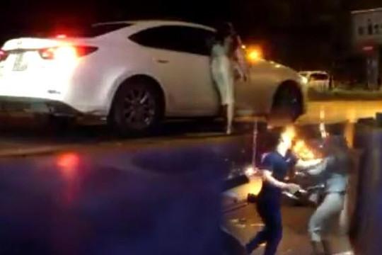 Đi đánh ghen và bám cửa ô tô, cô gái có thai bị bạn tình hành hung trên đường Hà Nội