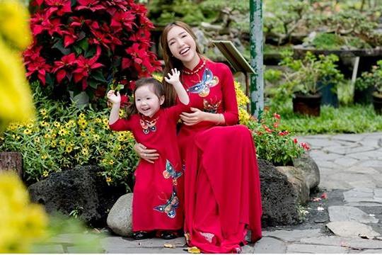 Elly Trần cho con gái Cadie mặc áo dài đón Tết Việt