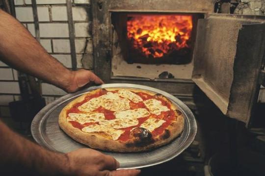 Dân New York 'sốt' vì bánh pizza nướng bằng than