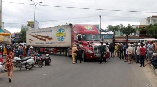 Nữ sinh chết thảm dưới gầm xe container