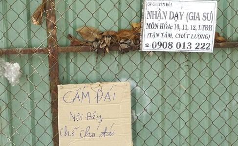 Người Sài Gòn cười, mếu với bảng 'nơi đây là chỗ chó đái'