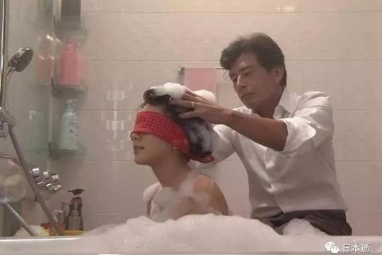 Cha có nên tắm cho con gái 20 tuổi?