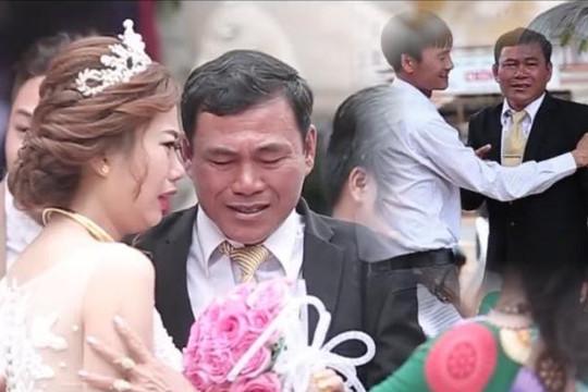 Clip cha khóc đỏ mắt ngày con gái xinh lấy chồng gây xúc động mạnh