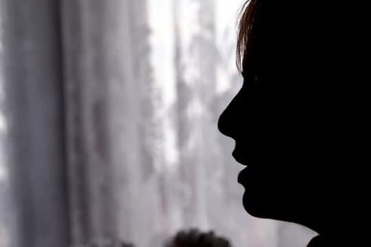 Người cha hãm hiếp con ruột vì công khai đồng tính nữ
