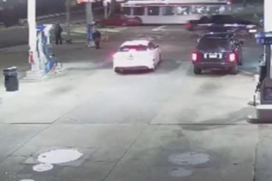 Bị cướp xe Range Rover khi đang đổ xăng