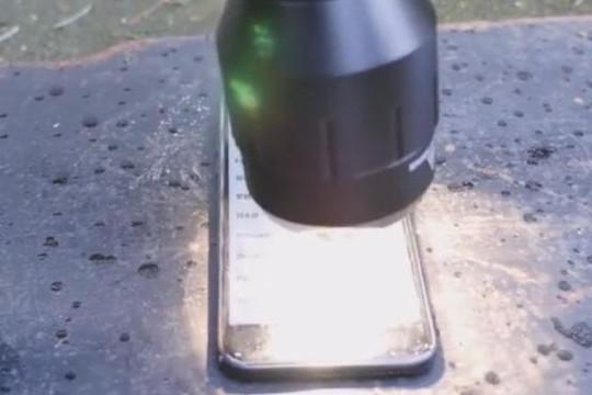 Thử nghiệm độ bền iPhone 7 trước đèn pin sáng nhất thế giới