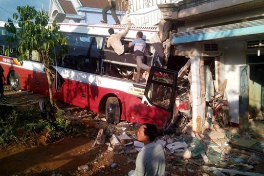 Va chạm với xe Phương Trang, xe Thành Bưởi lao vào nhà dân, 2 người tử vong