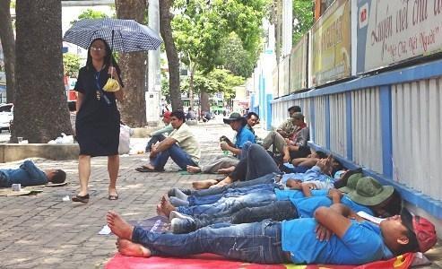 TP.HCM: Trời nắng nóng, công nhân nằm xếp lớp ngủ trưa trên vỉa hè