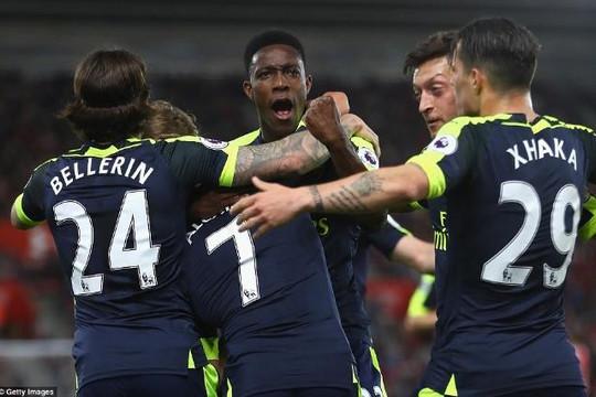 Arsenal vượt qua Man Utd, gây áp lực cho Man City