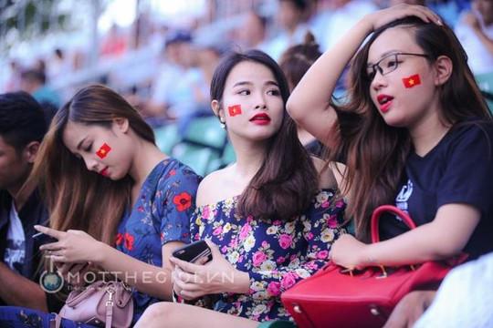 Dàn Hotgirl kéo đến SVĐ Thống Nhất để ủng hộ U.20 Việt Nam