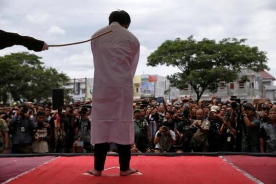 Hai người đồng tính bị quất roi công khai tại Indonesia