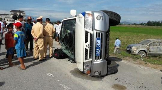 Đuổi ô tô 'điên' vi phạm, xe CSGT bị chèn lật