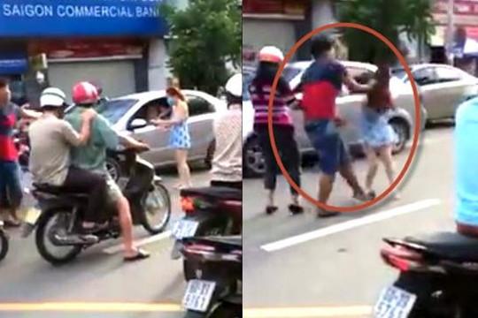 Côn đồ cầm nón bảo hiểm phang cô gái chảy máu đầu sau va chạm xe