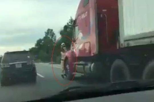 Hà Tĩnh: CSGT trọng thương sau khi bị xe container 'mang' đi 200m
