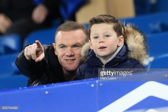 Có thật Rooney mặc áo ngủ Everton suốt 13 năm ở M.U?