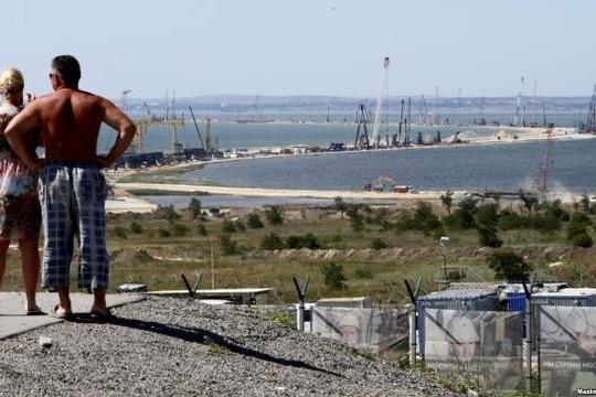Nga xây cầu vượt Eo Kerch, Ukraine bị cắt đường ra Biển Đen