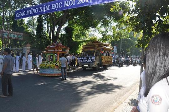 Hàng ngàn người cúi đầu trên đường phố tiễn đưa cô giáo trẻ trên xe tang