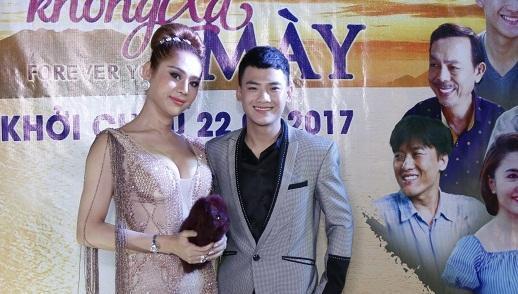 Lâm Chi Khanh cùng ông xã tương lai dự buổi công chiếu phim đồng tính Việt