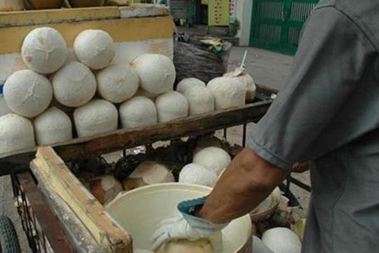 Bắt quả tang người bán hàng rong bỏ chất 'lạ' vào nước dừa