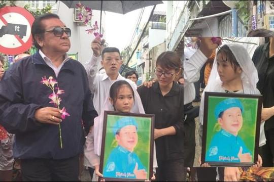 Nghẹn ngào tiễn đưa nghệ sĩ Khánh Nam trong mưa gió