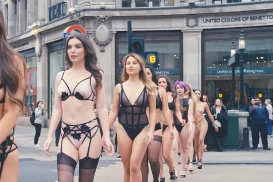 Mặc nội y dạo phố, người mẫu kêu gọi phái đẹp tự tin hơn vào bản thân