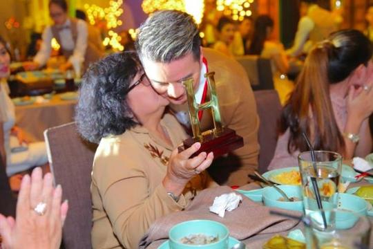 Đàm Vĩnh Hưng ngấn lệ khi được mẹ hôn trong ngày sinh nhật