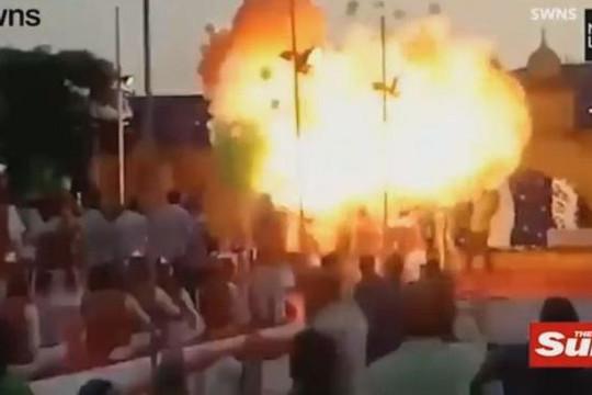 Hàng trăm quả bóng bay hóa cầu lửa 'nuốt chửng' đám đông