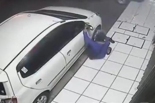 2 tên trộm hùng hục bẻ kính xe hơi bất thành đành cay cú bỏ đi